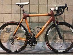 Bicicleta de bambú sillín blanco.