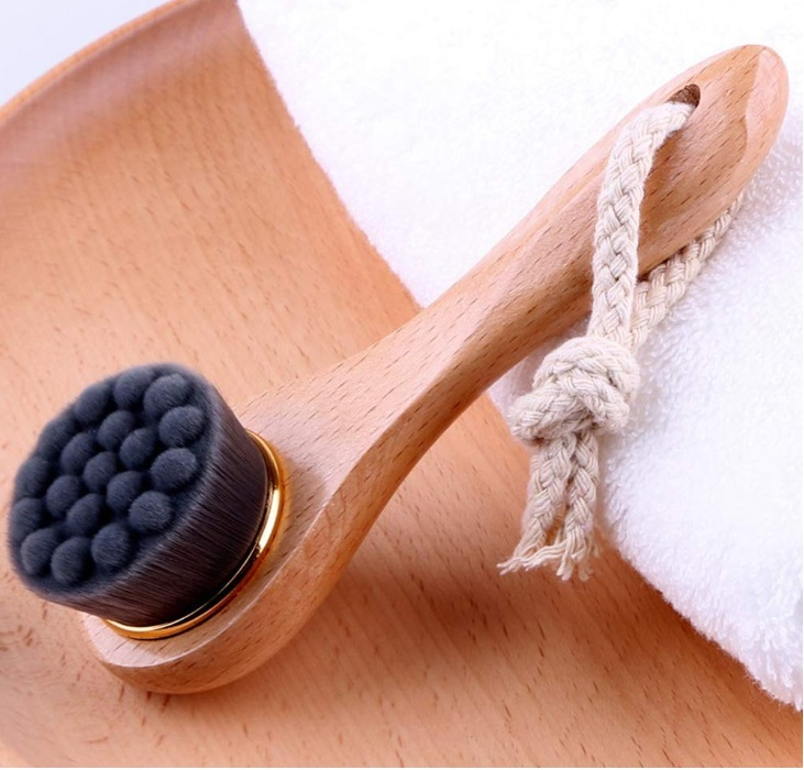 Cepillo facial de bambú.