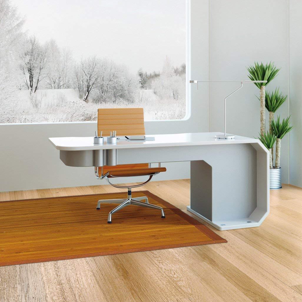 despacho minimalista con alfombra de bambú color natural.
